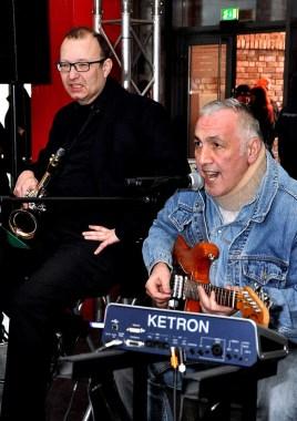 Gitarrist Franz-Josef Raab spielte mit seinem Partner Ricardo Angel-Peters im Foyer und später im Speisesaal. Foto: Reiner Züll