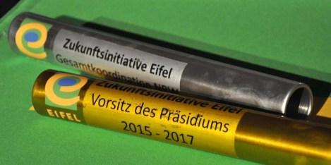 Die Staffelstäbe des Präsidiums der Zukunftsinitiative Eifel, die beim Eifel-Ardennen-Abend wechselten. Foto: Reiner Züll