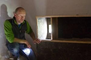 Axel Jakob zeigt einen geöffneten und noch unbewohnten Nistkasten mit Einflugloch. Bild: Tameer Gunnar Eden/Eifeler Presse Agentur/epa