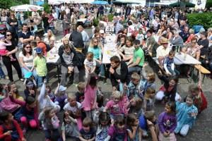 Es war wiede ein richtiges Familienfest. Zeitweise tummeltern sich rund 800 Gäste auf dem Festplatz zwischen Bürgerhalle und dem alten Pastorat in Kommern. Foto: Reiner Züll