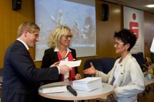 Neben der Zuwendung gab es auch gute Wünsche von Markus Ramers (v.l.), Vorsitzender der KSK-Bürgerstiftung, und Rita Witt, Vorsitzende beider Stiftungen der KSK. Bild: Tameer Gunnar Eden/Eifeler Presse Agentur/epa