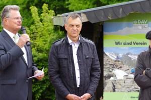 Landrat Günter Rosenke und Hellenthals Bürgermeister Rudolf Westerburg weihten die aktuell höchste Erhebung Nordrhein-Westfalens ein. Foto: Eva-Maria Berners