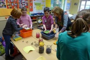 Schülerinnen der Klasse 3b der Gemeinschaftsgrundschule in Bad Münstereifel gießen buntes Papier. Bild: Kreis Euskirchen