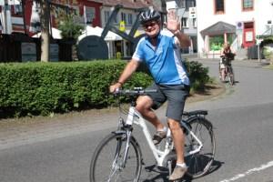 """Landrat Günter Rosenke, Vater des Radaktionstags, hofft auf gutes Wetter für die """"Tour de Ahrtal"""" am Sonntag. Archivbild:  Michael Thalken/Eifeler Presse Agentur/epa"""