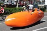 Auffallend war dieser orangene Flitzer: ein sogenanntes Velo-Mobil. Bild: Michael Thalken/Eifeler Presse Agentur/epa