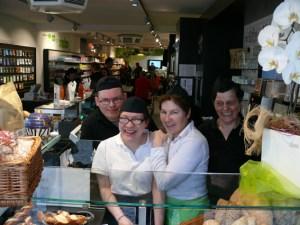 Ein gut gelauntes Team bedient die Kunden im Markt. Foto: NEW
