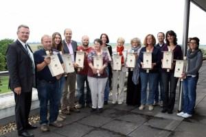 Landrat Rosenke (links) überreichte elf Nistkästen mit Webcam an Lehrerinnen und Lehrer des Kreises Euskirchen. Bild: Heike Schmitz
