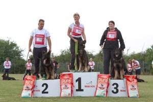 Jeweils sechs Beine befanden sich auf den Stufen des Siegertreppchen bei der Landesmeisterschaft der Schäferhunde in Bodenheim. Bild: Tameer Gunnar Eden/Eifeler Presse Agentur/epa