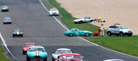 Hinter einem Sicherheitsfahrzeug fahren die Teilnehmer des Gentlemen-Rennens an der Unfallstelle vorbei. Foto: Reiner Züll
