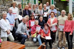 Stolz präsentierten die neuen ehrenamtlichen Hospizhelferinnen und Helfer gemeinsam mit den Caritas-Kursleiterinnen Christel Eppelt (1.v.l.) und Monika Stoffers (1.v.r.) ihre Zertifikate. Bild: Carsten Düppengießer