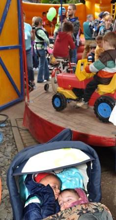 Ließen sich vomn Lärm am Kinderkarussell nicht stören: Zwei kleine Besucher im Kinderwagen. Foto: Reiner Züll