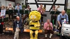 """Die ZDF-Biene Maja mischte sich in Lückerath unter die Musiker der """"Stehtischmusikanten"""" aus Wahlen, die an verschiedener Orten aufspielten. Foto: Reiner Züll"""