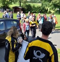 Chef-Organisatorin Marianne Rosenbaum führt den Postboten zum Fest ins Bürgerhaus. Foto: Reiner Züll