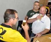 Außer Dienst gesetzt konnte Peter Evertz mit seinen Freunden mit einem Kölsch auf sein Jubiläum anstoßen. Foto: Reiner Züll