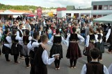 Hunderte Zuschauer verfolgten die internationalen Folkloredarbietungen vor der Hilfsgruppen-Bühne auf dem Gelände der Bauzentrale Schumacher. Foto: Reiner Züll