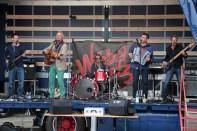"Eifeler Rockband ""Wibbelstetz"" rockte den Bahnhofsvorplatz. Bild: Michael Thalken/epa"