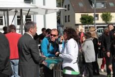 """""""ene""""-Geschäftsführer Markus Böhm (links) konnte an diesem Tag viele Gespräche führen. Bild: Michael Thalken/epa"""