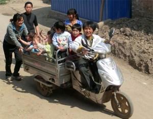 """Mama Kong auf dem Weg zum KIndergarten. Der Verein """"Kindrn Leben geben"""" übernimmt dauerhaft die Kosten für Verpflegung und Bekleidung der Kinder, für Schulgebühren und operative Eingriffe. Bild Kindern Leben geben"""