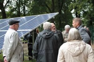 """Die Mitglieder der Dorstener Energie Genossenschaft nutzten die Gelegeneheit, um """"F&S solar""""-Projektleiter Manuel Dormagen (rechts) zahlreiche technische Fragen zu stellen. Bild: Michael Thalken/Eifeler Presse Agentur/epa"""