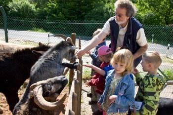 Ein Bild aus maskenfreien Tagen: Reiner Bauer zeigt Kindern die Schützlinge im Tierheim Mechernich. Archivbild: Tameer Gunnar Eden/Eifeler Presse Agentur/epa