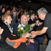 Hilfsgruppen-Vorsitzender Willi Greuel übergab der Gattin des scheidenden Tourmanagers Thomas Ernst einen Blumenstrauß. Foto: Reiner Züll
