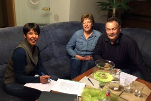 Petra Quast (Teamleiterin im Bereich Soziale Dienste des Kreises Euskirchen, l.) im Gespräch mit einer interessierten Gastfamilie. Bild: Kreis Euskirchen