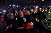Auch Manager Thomas Ernst (Mitte) winkte der Big Band mit seinem leuchtenden Handy zu. Foto: Reiner Züll
