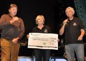 Willi und Kathi Greuel von der Hilfsgruppe Eifel übergaben beim Konzert einen Scheck über 32.500 Euro für die Kinderkrebsstaion der Uni-Klinik Bonn an Lutz Hennemann (links) vom Bonner Förderkreis für tumor- und leukämiekranke Kinder. Foto: Reiner Züll