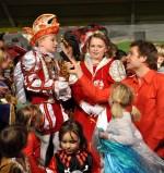 Das Kinderprinzenpaar sang mit Uwe Reetz zusammen. Foto: Reiner Züll