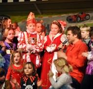 Kinderliedersänger Uwe Reetz war auf der Bühne von Kindern umringt. Foto: Reiner Züll