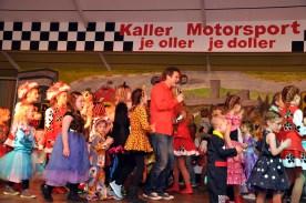 Fehlte auch bei der Kaller Kindersitzung nicht: die obligatorische Polonaise von Uwe Reetz mit den Kindern durch den Saal. Foto: Reiner Züll