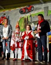 Das Noch-Prinzenpaar Hans II. und Gabi I. überreichte dem neuen Kinderprinzenpaar ihren Orden. Foto: Reiner Züll