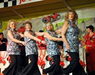 """Vier ehemalige Kallbachmücken der Generation 1975 bis 1986 zeigten, dass sie den Gardetanz noch """"bestens drauf haben"""". Foto: Reiner Züll"""
