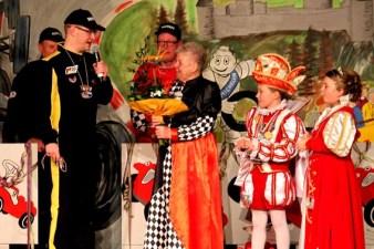 Einen Orden überreichte Sitzungspräsident Patrick Züll an Fine Hermanns, die die Kostüme des Kinderprinzenpaares genäht hatte. Foto: Reiner Züll