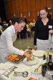 Refa Margit Mossakowski (links) und Hofa Saskia Marx beim Vorlegen der Speisen. Foto: Reiner Züll