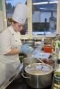 Carola Dusend im Kocheinsatz. Foto: Reiner Züll