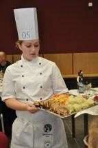 Zeigt stolz ihr Menü vor: Koch-Azubi Carola Dusend vom Tagungshotel Eifelkern in Schleiden. Foto: Reiner Züll