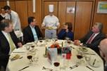 Köche-Siegerin Sonja Skrupel präsentiert am Tisch 7 ihren Hauptgang mit geschmortem Tafelspitz mit Rotweinjus, Rahmschwarzwurzlen und Pommes Dauphine. Foto: Reiner Züll