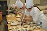Beim Herrichten des Desserts bewiesen Melena Donart (rechts) und Dominik Müller ihre erlernten Fähigkeiten. Bild: Reiner Züll