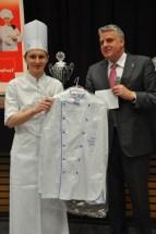 Dehoga-Geschäftsführer Christoph Becker überreicht dem Azubi Jan Hendrick Wolfgarten eine Kochjacke.Hendricks hatte den Hygienepreis gewonnen. Foto: Reiner Züll
