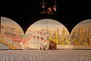 Als Marionettentheater werden Geschichten von Lars, dem kleinen Eisbären, in Kommern gezeigt. Bild: Tameer Gunnar Eden/Eifeler Presse Agentur/epa