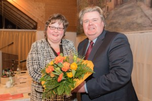Zu den ersten Gratulanten gehörte die stellvertretende Kreisparteivorsitzende Ute Stolz. Bild: David Dreimüller