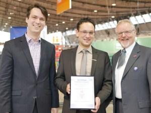 André Büsckes (Mitte) erhielt aus den Händen von Henning Cronemeyer (Geschätsführer QIH) (links) und Karl-Heinz Schneider (Präsident ZVDH) (rechts) die begehrte Auszeichnung . Bild: Kreishandwerkerschaft Rureifel
