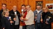 Wolfgang Schüller (Dritter von links) aus Kommern ist der Gewinner der ersten Kaller Meisterschaft in Kall. Turnierleiter Reiner Züll (vorne) überreichte die Siegerpokale an die erfolgreichsten Schocker. Foto: Reiner Züll