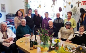 Gäste, ehrenamtliche Helfer und die beiden Caritasmitarbeiterinnen Mary Vogt (2.v.l.) und Silvia Krüger (4.v.l.) feierten das fünfjährige Bestehen des Demenzcafés. Bild: Carsten Düppengießer