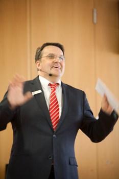 Gewohnt humorvoll und gestenreich führte Udo Becker, Vorstandsvorsitzender der KSK Euskirchen, durch den unterhaltsamen Abend mit vielen musikalischen Beiträgen. Bild: Tameer Gunnar Eden/Eifeler Presse Agentur/epa