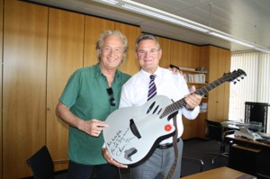Landrat Günter Rosenke nutzte die Gelegenheit, um sich von Hannes Schöner eine seiner Gitarren signieren zu lassen. Foto: W. Andres / Kreisverwaltung