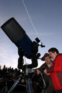 Immer mit dem Blick gen Himmel: Harald Bardenhagen (r.) beobachtet die Sterne. Bild: Kreismedienzentrum Euskirchen
