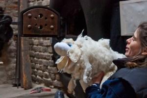 """Mit """"Wolli durch die Tuchfabrik"""" lautet einer von vielen Programmpunkten des Sommers, bei dem die diplomierte Figurenspielerin Nartano Petra Eden das Alltagsleben in der ehemaligen Fabrik anschaulöiuch werden lässt. Bild: Tameer Gunnar Eden/Eifeler Presse Agentur/epa"""
