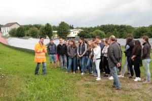 Solarexperte Alexander Böhmer erklärte Aufbau und Funktionsweise eines Solarparks. Bild: Michael Thalken/Eifeler Presse Agentur/epa